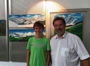 Der 18-jährige Künstler Rolf Rutz mit Bankleiter Ernst Zwingli. (Bild: PD)