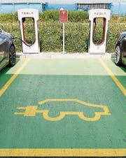 Elektrofahrzeuge bezahlen künftig höhere Strassensteuer. (Bild: APZ)