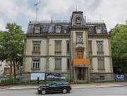 Die Vorderseite der Villa Wiesental mit dem abgestützten Balkon und Schadstellen im Fassadenverputz. (Bild: Daniel Dorrer)