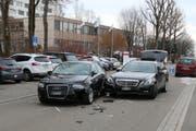 An beiden Autos entstand Totalschaden und sie mussten abgeschleppt werden. (Bild: Stapo SG)