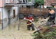 Wasserabpumpen an der Ringgasse im Herbst 2017: Die Einsätze während der Unwetter der letzten Jahre haben die Altstätter Feuerwehrkasse überstrapaziert. (Bild: Max Tinner)