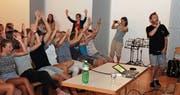«Willkomme im OZ Necker» rappen Greis und die Schülerinnen und Schüler am Schluss gemeinsam. (Bilder: Cecilia Hess-Lombriser)