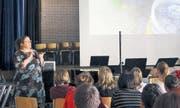 Evelyn Karlen (links) zeigt den Schülern der Oberstufe Sproochbrugg mit Filmen «ihr» Ägypten. (Bild: lsf.)