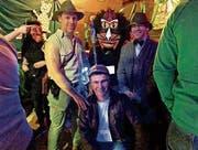 Die drittplatzierte Gruppenmaske Indiana Jones mit der erstrangierten Einzelmaske Buschmensch. (Bild: Christiana Sutter)