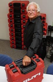 Roland Frei mit dem Hilti-Koffer der neusten Generation. Jetzt können auch zwei bequem zusammen getragen werden. (Bild: Gert Bruderer)