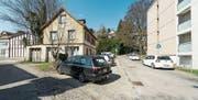 Die Grundstücke links der Magniberg-Strasse sind nun Eigentum des Kantons. (Bild: Hanspeter Schiess)