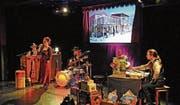 Sabina Deutsch (links, stehend) und ihre «Desperados» im Kabinett des verschiedenen «Westernhelden» Turi Winter am Samstag im Chössi-Theater. (Bild: Michael Hug)