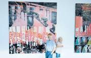 Skeptische Blicke an der Vernissage von Arthur#5 in der ehemaligen Brauerei Burth in Lichtensteig vor dem Werk «Strictly non Fiction» der London-St. Gallerin Rachel Lumsden. (Bilder: Michael Hug)