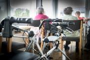 Die Rollatoren kommen bei diesen Temperaturen nicht zum Einsatz. Lieber bleiben die Bewohner der hiesigen Altersheime, wie hier in Eggersriet, an der Wärme. (Bild: Ralph Ribi)
