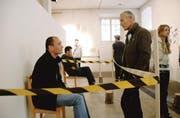 Hinter Abschrankung: Der Mann aus Algerien (links) im Gespräch mit einem Besucher. (Bild: Hansruedi Kugler)