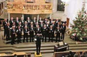 Unter der Leitung von Hanspeter Bischof sang der Männerchor St. Margrethen ein stimmungsvolles Weihnachtskonzert. (Bild: Max Pflüger)