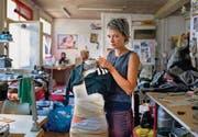 In der grauen Zone: Iris Betschart ist Modedesignerin, Künstlerin und Gestalterin zugleich. Im Moment bemalt sie gerne Knöpfe mit Nagellack. (Bild: Coralie Wenger)