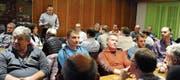 Das «Sternen»-Säli war an der Kriessner Vorversammlung bis auf den hintersten und letzten Stuhl besetzt. Hier spricht Hugo Langenegger (hinten, an der Wand) über die Geschäfte der Ortsgemeinde. (Bild: Max Tinner)