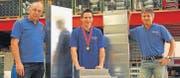 Der Geschäftsinhaber Thomas Windirsch (links) und der Abteilungsleiter Lüftung Giovanni Forchini (rechts) freuen sich über den Schweizer-Meister-Titel von Christian Giger (Mitte). Er ist bereits der zweite Schweizer Meister der Firma Windirsch AG in Wattwil. (Bilder: Christiana Sutter)