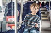 Lino auf seinem Lieblingssitz zuvorderst im Bus – und daneben das Schild für den «Kinder-Wunschplatz». (Bild: PD)
