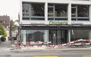 Unfall, kein Vandalismus: Die Scheibe der neuen «Chickeria» am Bohl wurde am Freitag bei Bauarbeiten eingeschlagen. (Bild: Sebastian Schneider)