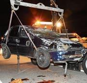 Das Auto des 20-Jährigen überschlug sich und kam auf dem Dach zum Stillstand. (Bild: Kapo SG)