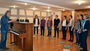 Der Toggenburger Komponist Peter Roth leitet die Probe der Solistinnen.