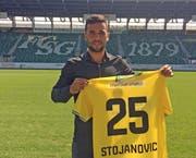 Dejan Stojanovic mit seinem neuen FCSG-Trikot. (Bild: pd)