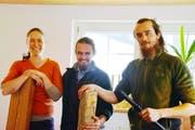 Die drei Flötenbauer von Hemberg Bächli: Madeleine Imbeck sowie Joel und Sebastian Meyer (von links) von der Meyerrecorders GmbH mit Rohmaterialien und einem fertigen Instrument.