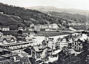 Das Foto aus dem Jahr 1910 zeigt das neue Wattwiler Bahnhofsgebäude mit der Passerelle.
