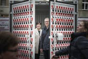 Mit einem Container am Marktplatz wollen Patrizia Adam und Florian Kessler die Bevölkerung zum Mitmachen animieren. (Bild: Michel Canonica)