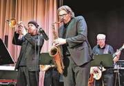 Stargast Rüdiger Baldauf (links) und Rüdiger Wagner von der SSC Big Band im Duett. Im Hintergrund Bassist Erich Koller. (Bild: Max Pflüger)