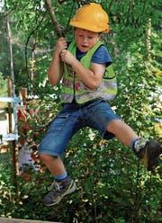 Der Möglichkeiten gibt es auf der Kinderbaustelle in Wattwil viele. Zum Beispiel so fliegen wie Tarzan. (Bild: PD)
