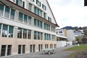 Die Schulanlage Risi in Wattwil mit dem «Altbau» aus dem Jahr 1915 (vorne) und dem «Neubau» aus dem Jahre 1974 (hinten). (Bild: Urs M. Hemm)