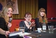 Historikerin Natascha Wey (links) führte mit Laurie Penny (Mitte) die Diskussion, nachdem Julia Kubik (rechts) aus dem Buch gelesen hatte. (Bild: Ralph Ribi)