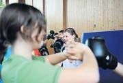 Schülerinnen boxen sich durch den etwas anderen Sportunterricht. (Bilder: ohu.)
