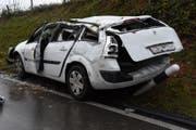 Der total beschädigte Unfallwagen. (Bild: Kapo SG)