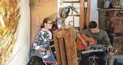 Das Gitarrenduo wurde an der Finissage inspiriert von all den Kunstwerken, die es umgab. (Bild: pd)