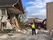 Ein Mann wurde unter den Trümmern begraben und konnte nur noch tot geborgen werden. (Bild: Kapo)
