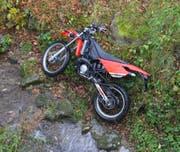Das Motorrad des 17-Jährigen rutschte über eine Böschung in den Bach. (Kapo AR)
