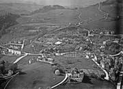 Das Riethüsli auf einer Luftaufnahme von Walter Mittelholzer vom 14. Mai 1924. Dort, wo heute in der Bildmitte Schulhaus, Kirche und neuere Wohnhäuser stehen, und auch auf Oberhofstetten wird das Gebiet durch die grosse Gärtnerei Wartmann geprägt. Vorne ist der «Scheffelstein» (mit Terrasse und Turm) und der Nestweier, gegenüber am rechten Bildrand der «Klotz» der Textilfabrik zu erkennen. An der Strasse, die links am «Scheffelstein» vorbeiführt, liegt das Restaurant Nest, dort, wo die Strasse ins Riethüsli abbiegt. (Bild: ETH-Bibliothek Zürich)