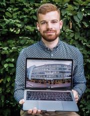 Raphael Prader zeigt seine Webseite, die ihm eine Forschungsreise nach China ermöglicht. (Bild: Urs Bucher)