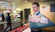 An Ostern herrscht nicht nur in den Bäckereien, sondern auch in den Metzgereien Hochbetrieb. Bruno Ehrbar aus Mörschwil ist gerüstet. (Bild: Ralph Ribi)