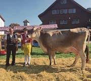 Miss Brunnadern Pamela mit Christian Näf senior und junior. (Bilder: Anna Gasser)