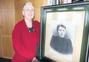 Berta Thurnherr mit dem Porträt einer unbekannten Diepoldsauerin. (Bild: Susi Miara)