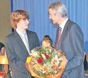 Rektor Rolf Grunauer gratulierte den Besten (ab 5,3) mit einem Blumenstrauss:Timon Forster und Jasmin Hutter.