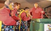 Die noch verbleibenden Mitglieder des Flawiler Narrenrats legen nach der Chratzbörschte-Verleihung ihr Amt nieder. (Bilder: Zita Meienhofer)