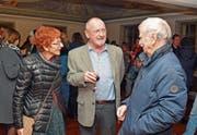 Jack Griss (Mitte) hielt an der Vernissage im Göttersaal des Museums Prestegg die Laudatio, Elsbeth Maag und Josef Ebnöther waren vom Aufmarsch der vielen Besucherinnen und Besucher begeistert. (Bild: Kurt Latzer)