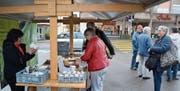 Kathrin Germann von der Käserei in Niederstetten verkauft an ihrem Stand ab morgen wieder Joghurt und Käse. (Bild: Urs Bänziger)
