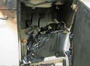 Wasser aus der beschädigten Leitung löschte den Brand. (Bild: Stapo SG)