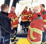 Tom Widmer aus Wil schleust eine Gruppe Oberrheintaler Feuerwehrkaderleute durch das Entgiftungszelt. (Bild: Max Tinner)