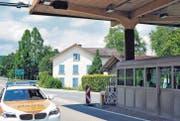 Das frühere Oberrieter Zollhaus (Bildmitte) gleich neben dem heutigen Grenzposten (im Vordergrund) und dem Autobahnanschluss (hinten). (Bild: Max Tinner)