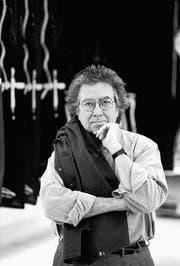 Antoni Tàpies (1923–2012) vor grossformatigem Holzschnitt im Atelier Stoob St. Gallen, 1993. (Bild: Franziska Messner-Rast)