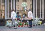 Trauernde vor dem Starbucks: Die Bluttat bewegt in St. Gallen. (Bild: Urs Bucher (St. Gallen, 13. August 2017))