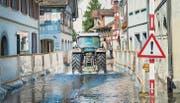 Die Kantonsstrasse in Berlingen ist überflutet. Die Planen an der Seite schützen Passanten vor aufspritzendem Wasser. (Bild: Andrea Stalder)